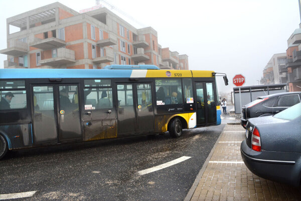 Autobus sa začína vytáčať tesne povedľa parkujúcich áut.