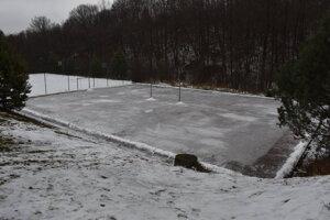 Prírodnému klzisku v areáli Sninských rybníkov zatiaľ nepraje počasie.
