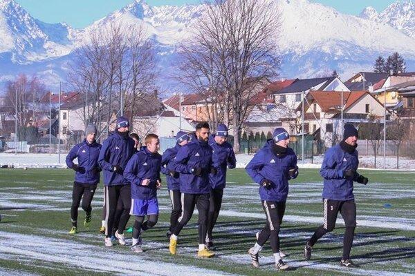Popradskí futbalisti sa zatiaľ pripravujú v domácich podmienkach.