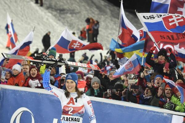 Petra Vlhová a jej fanúšikovia vo Flachau.