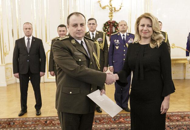 Prezidentka SR Zuzana Čaputová a plukovník Ivan Balog, ktorého prezidentka vymenovala do vojenskej hodnosti brigádneho generála.
