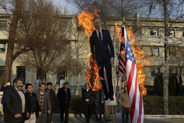 Provládni demonštranti v Teheráne pália vlajku USA a maketu britského veľvyslanca Roba Macaira v životnej veľkosti.