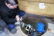 V studni sa Romanovi Majerskému voda stratila.
