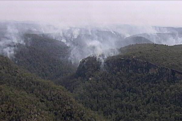 Na snímke lesný požiar v pohorí Modré hory v autrálskom štáte Nový Južný Wales 27. decembra 2019.