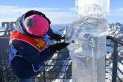 Účastník Tatry Ice Master 2020 z Mongolska vyrezáva sochu symbolizujúcu klimatické zmeny na Lomnickom štíte.