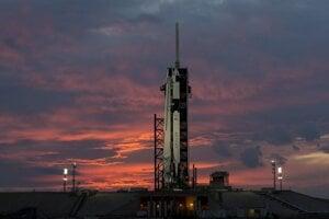 Raketa Falcon 9 s loďou Crew Dragon počas letových príprav. Posledný test pred ľudskými letmi absolvuje SpaceX v sobotu.