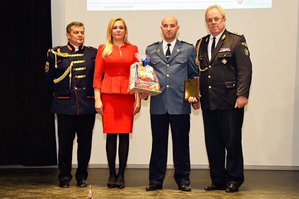 František Páleník (druhý sprava) ocenený za záchranu ľudského života.