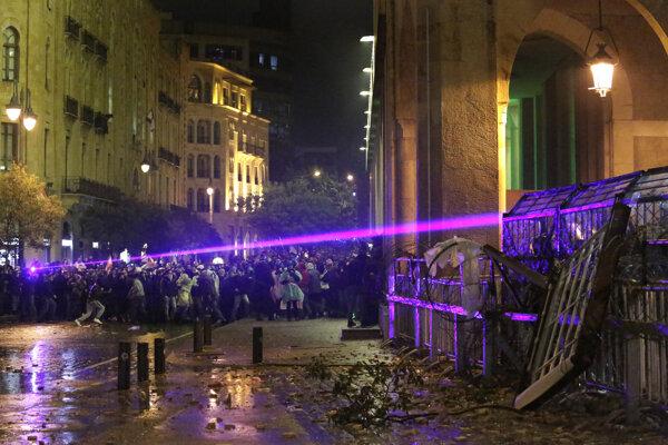 Polícia musela proti demonštrantom zasiahnuť vodnými delami.