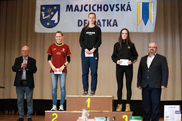 Dekorovanie troch najrýchlejších žien vo vlaňajšej Majcichovskej desiatke.