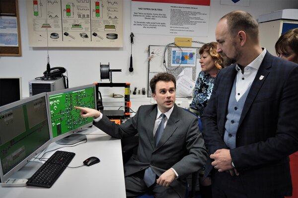 Predseda Trnavského samosprávneho kraja (TTSK) Jozef Viskupič (vpravo v popredí) počas odovzdávania Simulátora železničnej prevádzky, ktorý dnes odovzdal Strednej priemyselnej škole dopravnej (SPŠD) v Trnave generálny riaditeľ Železníc Slovenskej republiky (ŽSR).