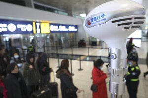 Skener monitoruje teplotu cestujúcich na letisku Wuhan Tianhe International Airport 21. januára 2020.
