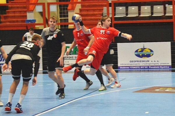 Považskobystričan Gardian (v červenom) dáva gól proti rakúskemu Atzgerdorfu.