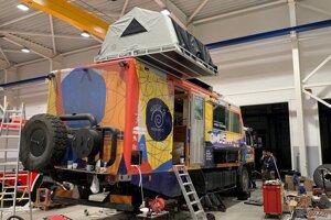 Dokončovanie expedičného špeciálu s rozloženým stanom na streche