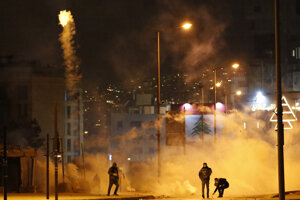 V Bejrúte a okolí protivládni demonštranti pokračovali v časovo obmedzených blokádach ciest.