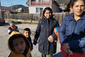 Mária deti do školy nosí každý deň, ak by však chodili do nových priestorov, mali by to bližšie.
