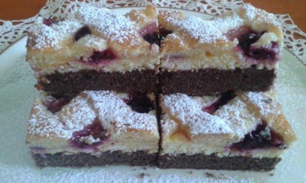 Dvojfarebný tvarohový koláč s černicami