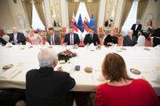 Predseda vlády SR Peter Pellegrini (uprostred v pozadí) počas stretnutia s predstaviteľmi Jednoty dôchodcov Slovenska na Úrade vlády SR.