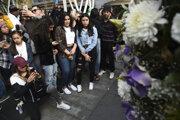 Smutní fanúšikovia pred Staples Centre v Los Angeles.