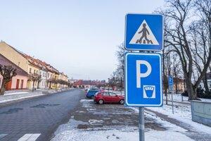 V Brezne sa bude parkovať po novom.