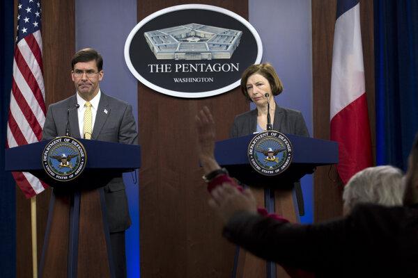 Americký minister obrany Mark Esper a francúzska ministerka Florence Parlyová.