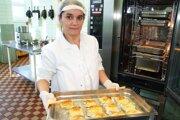 Helena Mochnacká vytiahla z konvektomatu rybu s bešamelom a syrom.
