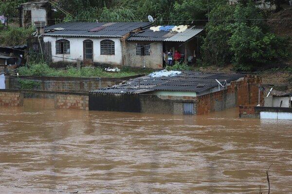 Lejaky spôsobili záplavy a zosuvy pôdy, ktoré si vyžiadali 54 mŕtvych a 18 nezvestných.