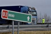 Policajt odkláňa kamiónovú dopravu pred diaľničným hraničným priechodom Brodské – Břeclav v súvislosti so štrajkom autodopravcov.