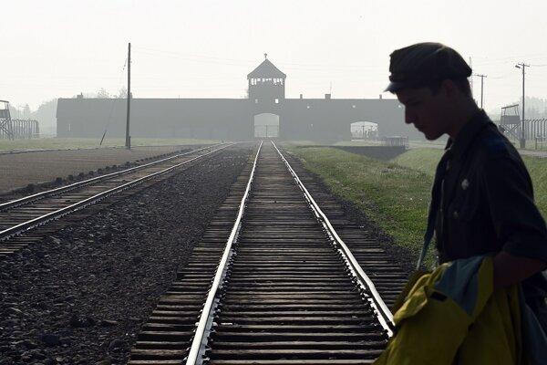 """Pojmom """"porajmos"""", čiže genocída, označujú Rómovia najmä 2. august 1944, keď v priebehu jednej noci Nemci vyvraždili takmer 3000 európskych Rómov v koncentračnom tábore Birkenau."""