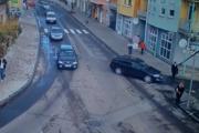 Momentka tesne pred nehodou. Tmavá škodovka (vpravo) a pred ňou dôchodkyňa, ktorú auto zrazilo.