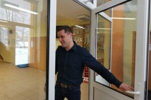M. Vytykač, je poslancom a zároveň aj poverený riadením školy.