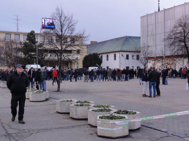 Účastníci akcie ĽSNS sa schádzajú.
