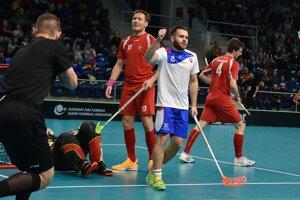 Martin Kubovič (uprostred) sa teší z gólu v zápase Slovensko - Maďarsko.
