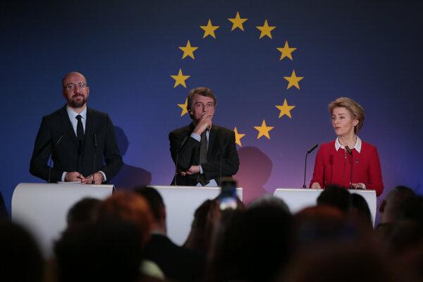 Predseda Európskej rady Charles Michel (vľavo), predseda Európskeho parlamentu David Sassoli (uprostred) a predsedníčka Európskej komisie Ursula von der Leyenová počas spoločného vyhlásenia.