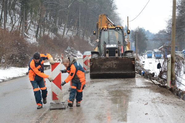 Na Čermeľskej ceste sa pracuje v pomerne nepriaznivom počasí.