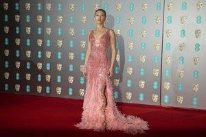 Scarlett Johansson v róbe z dielne Versace zdobené kryštálikmi Swarovski.