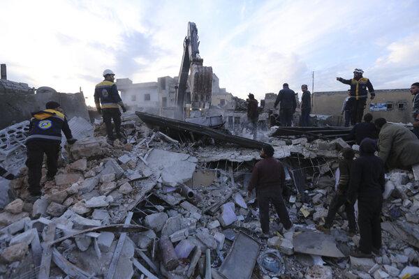 Prehľadávanie trosiek po útoku v Idlibe.