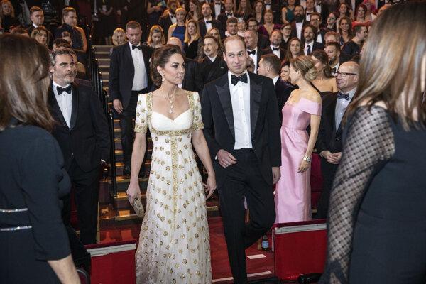 Princ William a vojvodkyňa Kate. Vojvodkyňa si obliekla šaty, ktoré sú súčasťou jej garderóby od roku 2012.