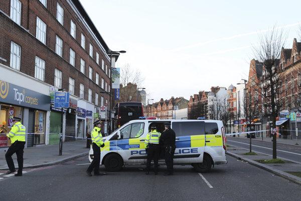 Muž ozbrojený mačetou v nedeľu na rušnej ulici v londýnskej štvrti Streatham zranil dvoch ľudí.