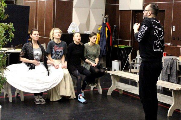 V inscenácii sa predstaví celý dámsky herecký súbor DAB aPeter Oszlík vúlohe Lorcu.