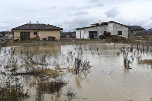 V obci Horovce v okrese Púchov sa vylial miestny potok a je vyhlásený 3. stupeň povodňovej aktivity.