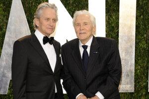 Na archívnej snímke z roku 2012 sú Michael Douglas (vľavo) a jeho otec Kirk Douglas.