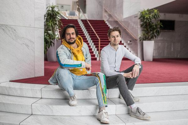 Slovák Martin Kukučka (vľavo) a Čech Lukáš Trpišovský (vpravo) spolu pracujú ako režisérske duo SKUTR.
