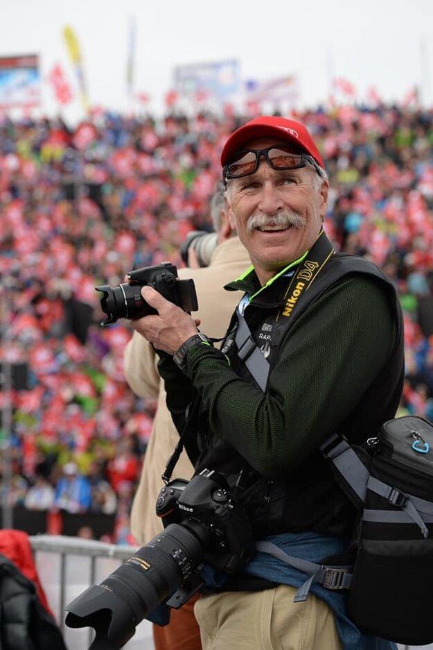 Otec Mikaely Shiffrinovej na svahu obložený fotografickými aparátmi.