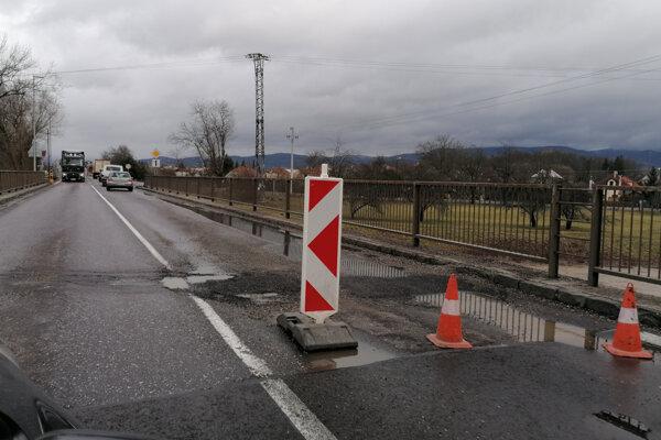 Veľké výtlky na ceste obmedzovali niekoľko dní dopravu.