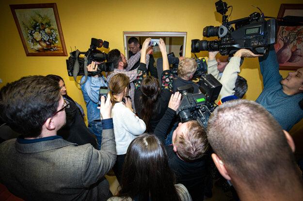 Novinári sa zdržiavajú v press centre.