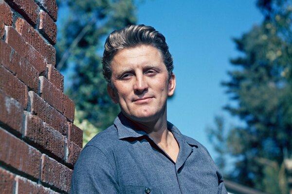 Kirk Douglas na fotografii okolo roku 1947.