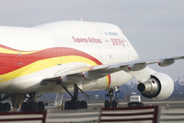 Nákladné lietadlo Boeing 747-400 priletelo zo Šanghaja. Jednou z podmienok je, že posádka neopustí palubu lietadla.