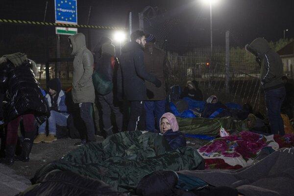Na snímke ľudia na hraničnom priechode pri maďarsko-srbskom cestnom hraničnom priechode Kelebia - Tompa vo štvrtok 6. februára 2020.