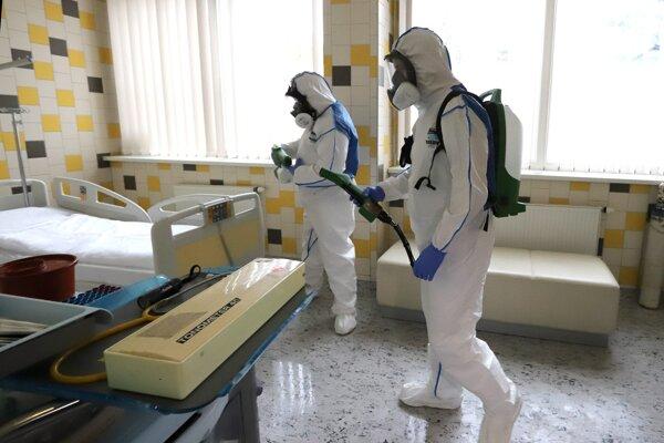 Dezinfekcia priestoru, kde bol vyšetrovaný pacient s podozrením na koronavírus.