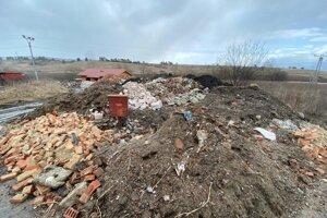 Kopu stavebného odpadu vidieť už z cesty.